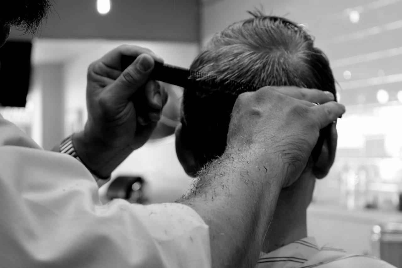 Tworzenie upięcia w salonie fryzjerskim